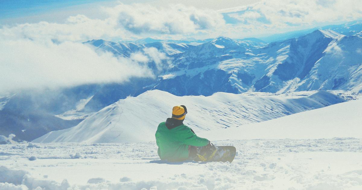 Snowboardozó.