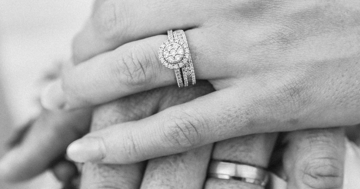 Jegygyűrűk kezeken.