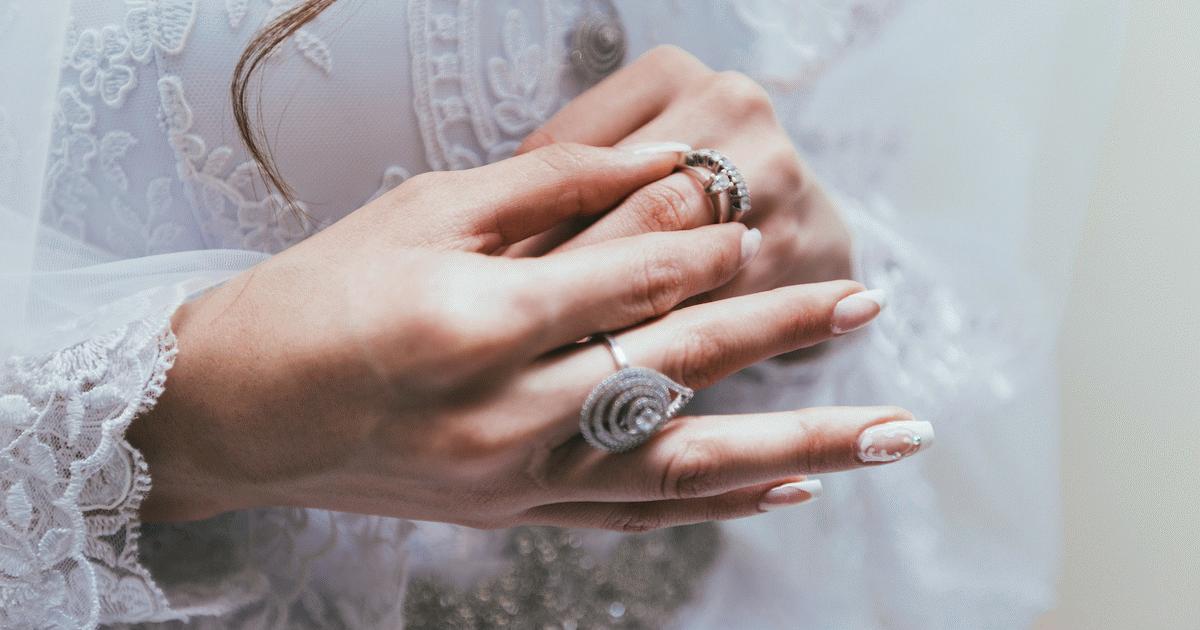 Menyasszony, kezén gyűrűvel.